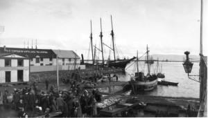 Fiskmarkaður við Reykjavíkurhöfn þar sem fiskverkunarhús Brims stendur nú. Áður en flugsamgöngur hófust var Reykjavíkurhöfn hlið Íslands við umheiminn.